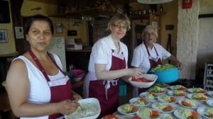 Beim Salat machen (v.l. Sandra Welsch, Melanie Schuch und Edeltrud Kemmer)
