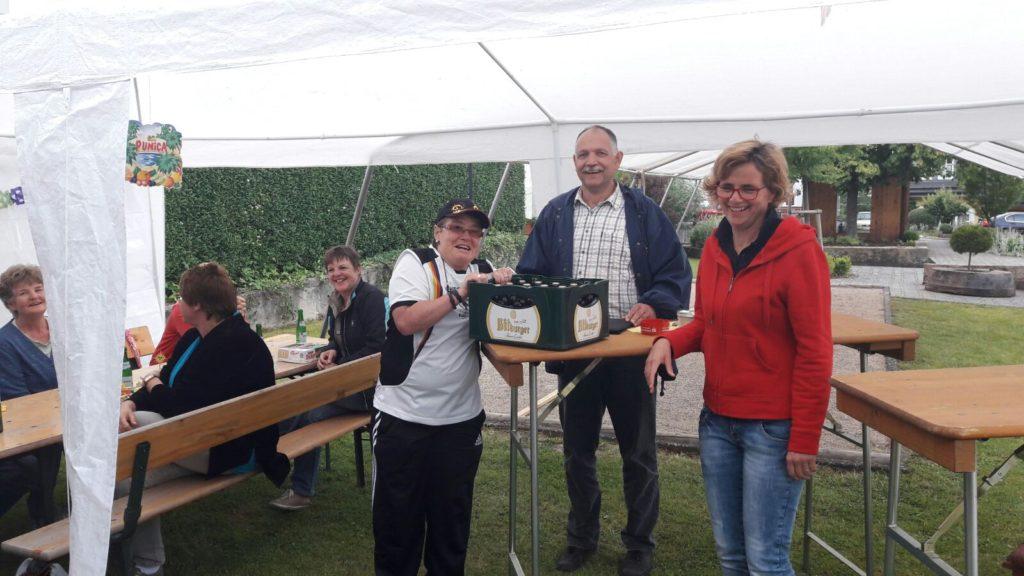 Die Gewinnerein Marion Weiskircher (links) zusammen mit Bernd Eifler und Anja Schulz (rechts). Foto: Tom Sessa