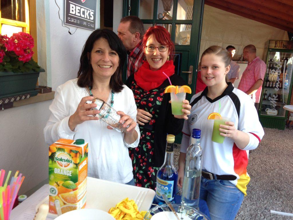 An der Coktailbar stehen Bettina Greger (links), Jana Grauer und Jennifer Theobald (rechts). Foto: Sebastian Grauer